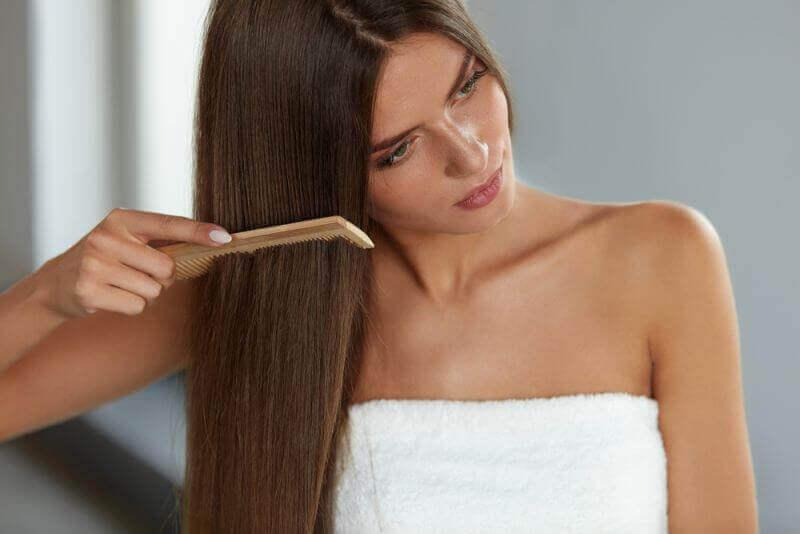 Narovnanie vlasov - Nastavte žehličku na vlasy na odporúčanú teplotu 220 °  C. Keď vaše žehlička dosiahne správnej teploty 678be19f37b